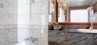 Koupelna ve vodním bungalovu